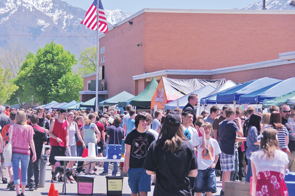 Big crowds attend the 2011 Dutch Oven Cook-off at Riverview Junior High. Photo courtesy of Julie Slama