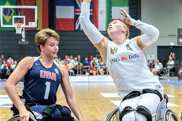 Ali Ibanez (L) applies defensive pressure during the Women's World Wheelchair Basketball Championship tournament in Hamburg, Germany. (www.rolli-pictures.de)