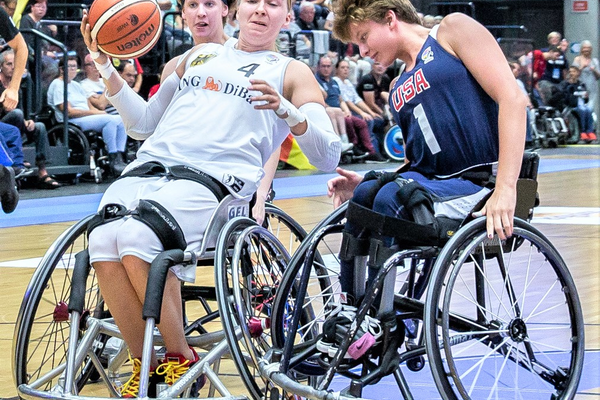 Ali Ibanez (R) tries to steal the ball while playing in Europe for the U.S. Women's Wheelchair Basketball National team. (www.rolli-pictures.de)
