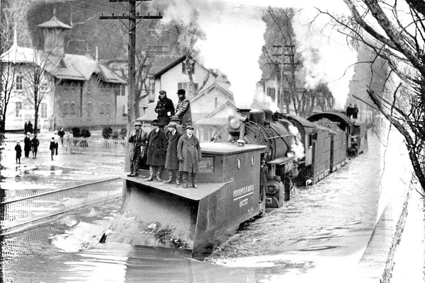 A train clears debris during a flood in 1904.