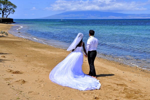 Ruth and Luke Lipparelli on their wedding day in Maui, Hawaii, Photo Credit: Larry Lipparelli